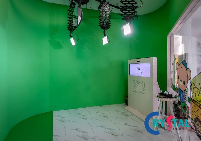 Khu vực Studio chụp ảnh với phông nền xanh