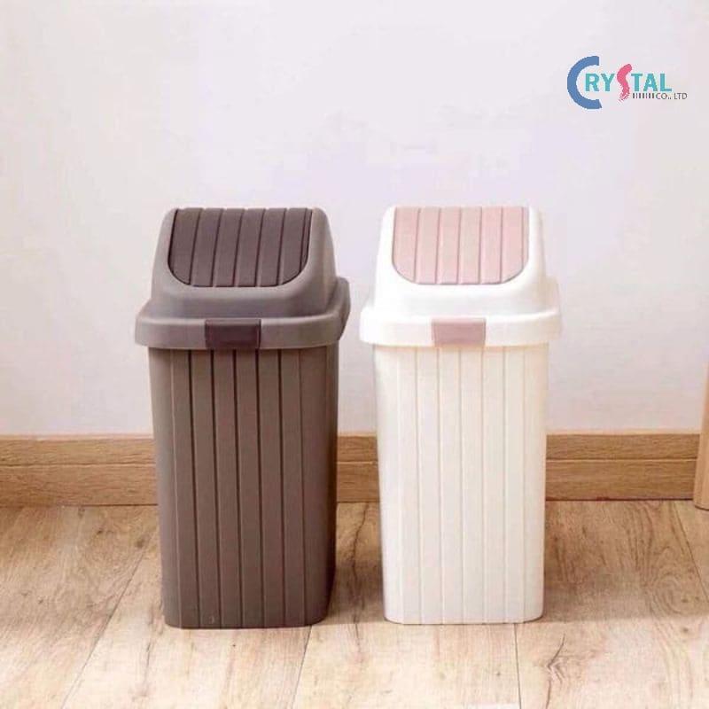 Thùng rác được đặt ở tủ bếp dưới