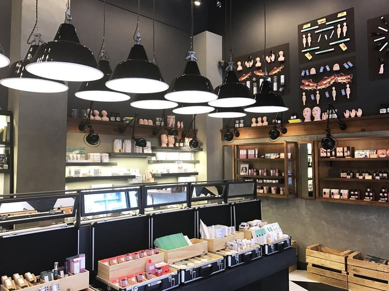 cách trang trí cửa hàng bán mỹ phẩm - Crystal Design TPL