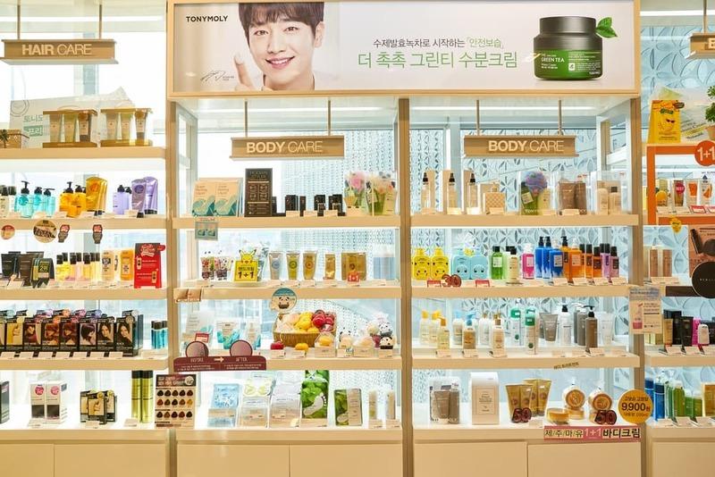 cách trang trí cửa hàng mỹ phẩm đẹp - Crystal Design TPL