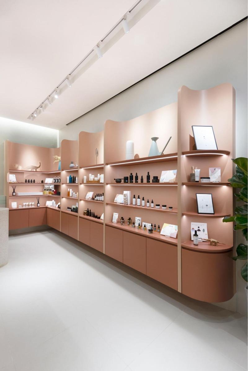 cách trang trí cửa hàng mỹ phẩm nhỏ - Crystal Design TPL