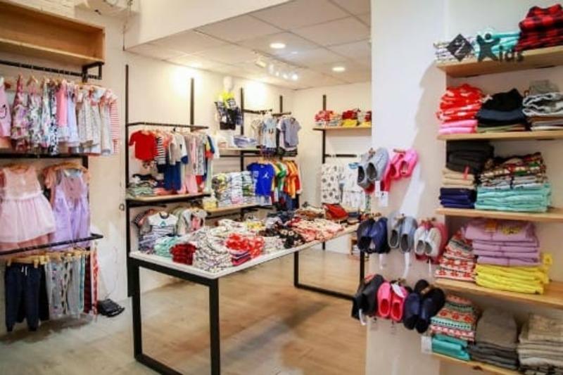 mẫu cửa hàng quần áo trẻ em thu hút - Crystal Design TPL