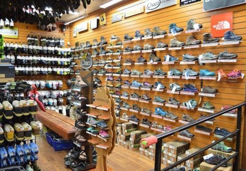 thiết kế cửa hàng giày dép - Crystal Design TPL