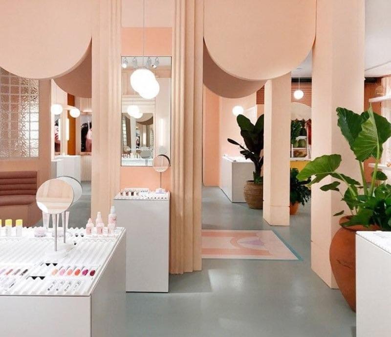 trang trí cửa hàng mỹ phẩm - Crystal Design TPL