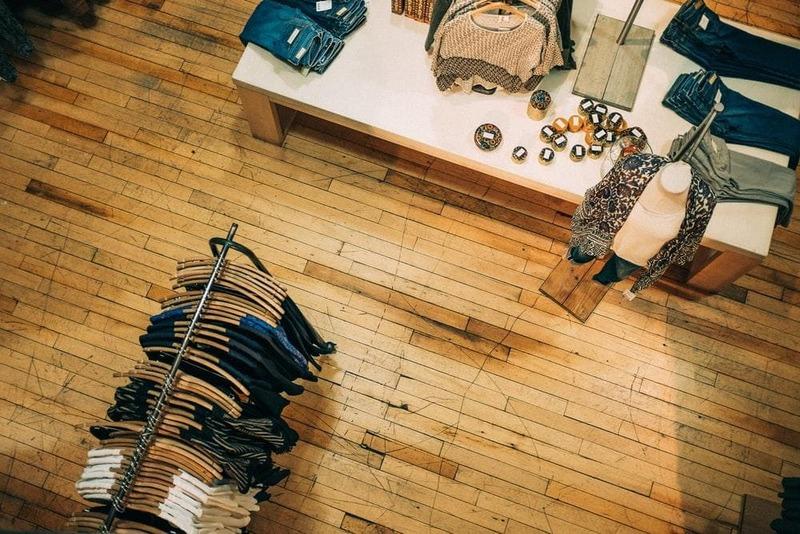 trang trí cửa hàng quần áo theo phong cách vintage - Crystal Design TPL