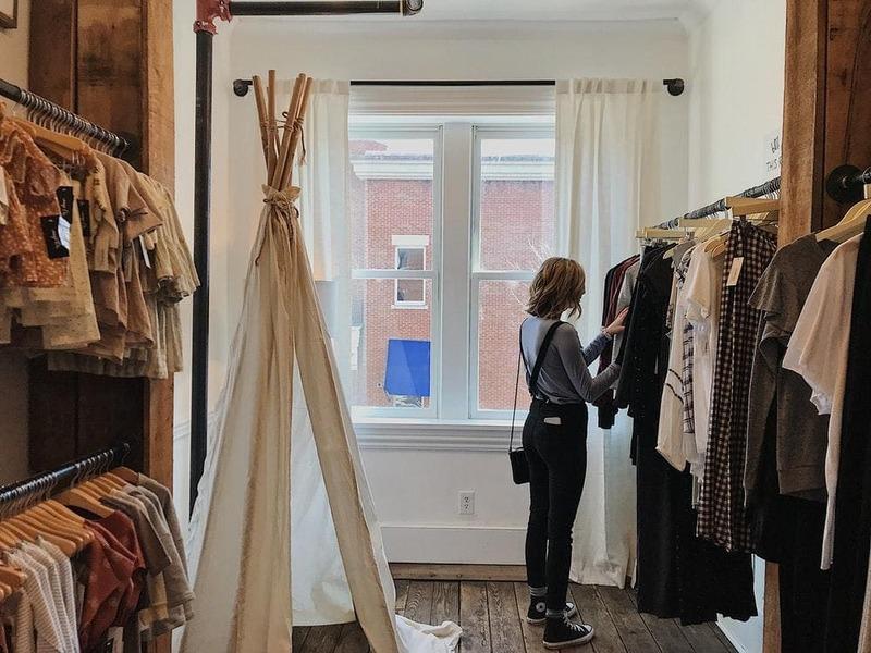 trang trí shop thời trang theo phong cách vintage - Crystal Design TPL
