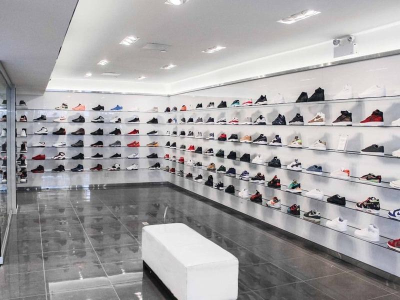 cách trang trí cửa hàng giày dép - Crystal Design TPL