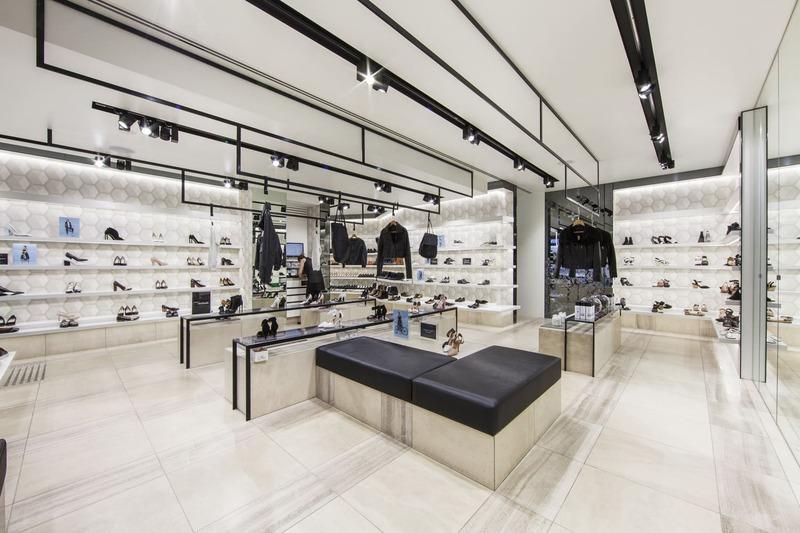 cách trang trí shop giày dép diện tích nhỏ - Crystal Design TPL