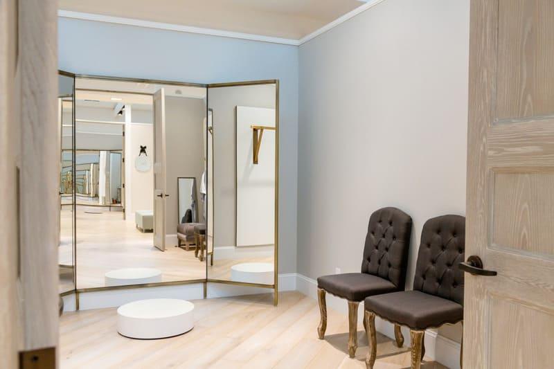 Phòng thay đồ phải rộng rãi để khách hàng thoải mái thử áo cưới