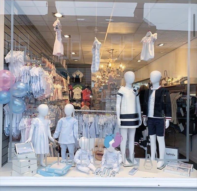 mẫu trang trí cửa hàng quần áo trẻ em