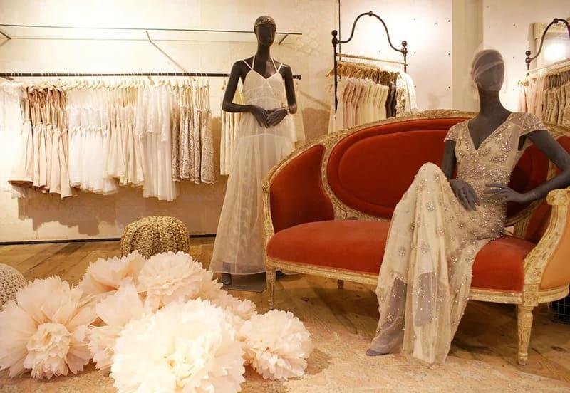 Ma nơ canh giúp thể hiện các đường nét nổi bật của áo cưới