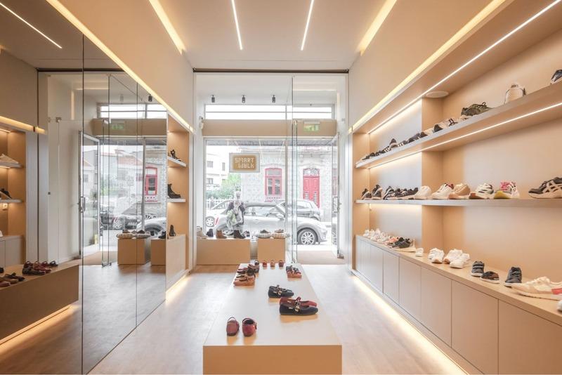 trang trí cửa hàng giày dép - Crystal Design TPL