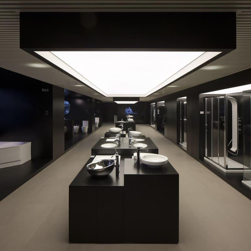 Kệ trưng bày màu đen giúp trang trí cửa hàng thiết bị vệ sinh thu hút hơn