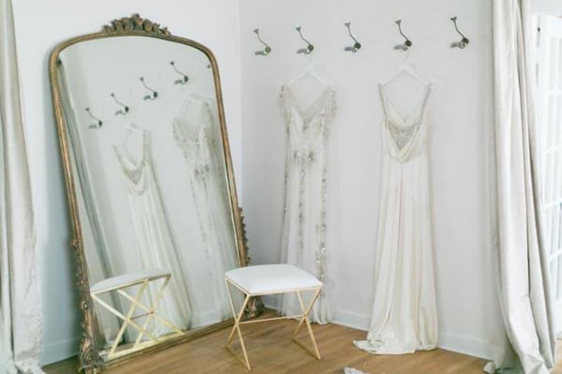 Gương là sản phẩm không thể thiếu trong trang trí tiệm áo cưới
