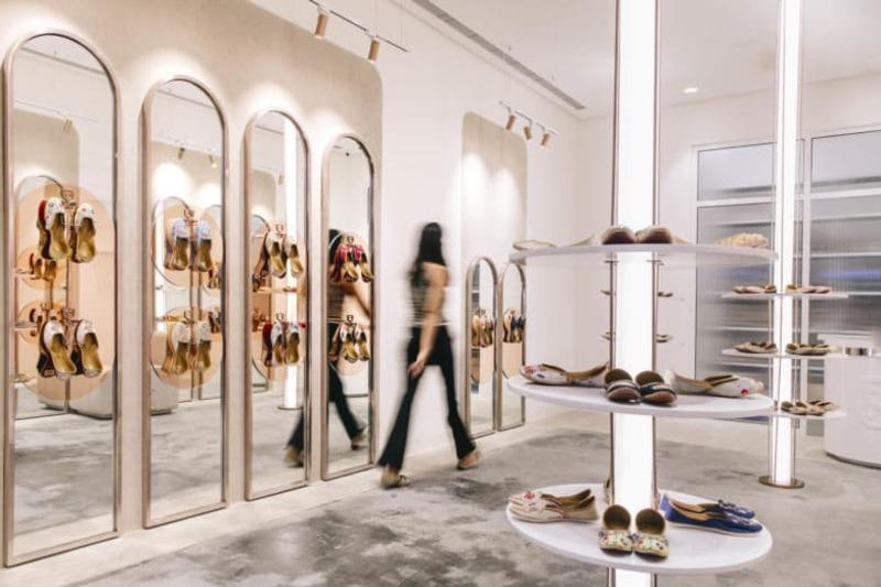 trang trí shop giày dép nhỏ - Crystal Design TPL