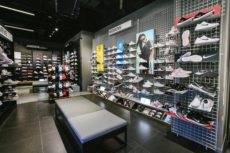trang trí shop giày dép - Crystal Design TPL