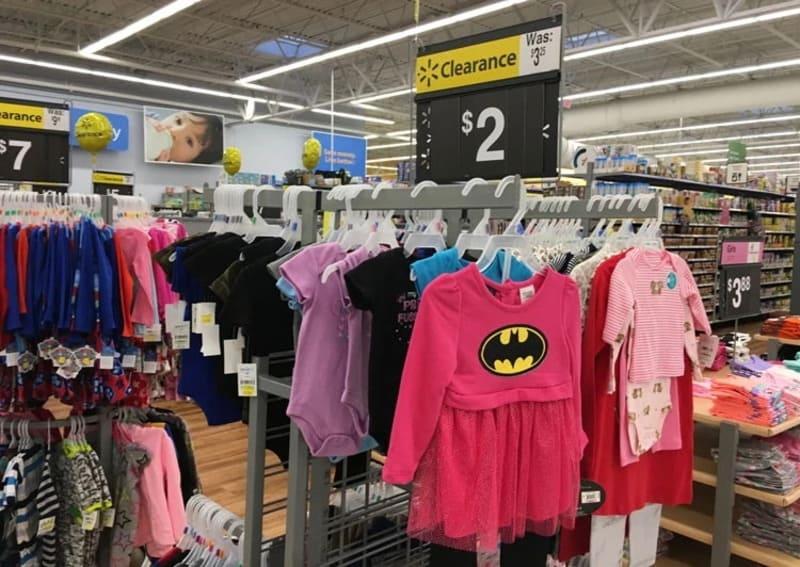 Quầy giảm giá của cửa hàng quần áo trẻ em