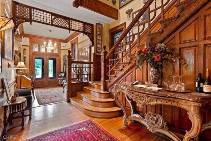 Cùng với nội thất làm từ gỗ, Queen Anne là phong cách vô cùng quý phái